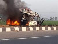 मनाली जा रही बस की कार से टक्कर, 14 जख्मी