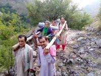 आज भी सड़क सुविधा से महरूम है ये गांव, पालकी में उठाकर सड़क तक पहुंचाए जाते हैं मरीज