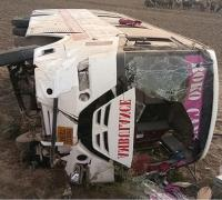 बेकाबू एंबुलैंस पलटी, चालक समेत 13 सदस्य घायल