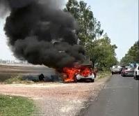 सड़क पर चलती कार में अचानक लगी आग, हुई जलकर खाक