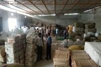 ट्रांसपोर्ट कारोबारी के गोदाम में छापेमारी, 35 क्विंटल पॉलीथिन बैग बरामद