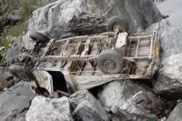 यूटिलिटी वाहन के गहरी खाई में गिरने से एक व्यक्ति की मौत, अन्य 3 गंभीर रूप से घायल