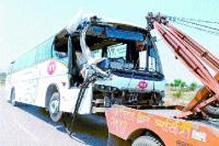 बस-ट्रक की भिड़ंत, कई घायल