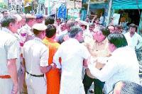 सांसद व विधायक में सांठ-गांठ का आरोप लगाकर पार्षदों ने किया हंगामा