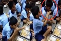 स्कूली बच्चों की यह अनोखी दोस्ती आपको भी कर देगी भावुक, देखें Video