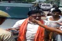 भाजपा नेता की दबंगई, होमगार्ड को घसीट ले गई नेता जी की गाड़ी...