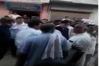 कैमरे में कैद हुई नेता की दबंगई, सड़क मांगने पर मिली धमकी, वीडियो वायरल (video)