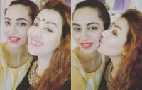 अर्शी खान ने शिल्पा शिंदे संग मनाई दिवाली, KISS करते हुए दिखी जबरदस्त बॉन्डिंग