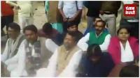 तेजस्वी का बंगला खाली कराने पहुंचे अधिकारी, RJD ने किया प्रदर्शन