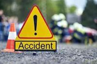 नाली से टकराने के बाद सड़क में पलटी कार, 3 घायल