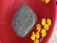 2Kg का पत्थर कैसे तैर रहा पानी पर, चमत्कार या विज्ञान (Watch Pics)