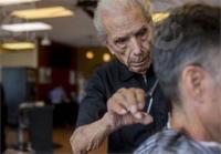 ये है दुनिया का सबसे उम्रदराज नाई, 107 साल में भी करते हैं काम