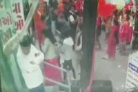 क्रिसमस के मौके पर गुब्बारों में अचानक हुआ धमाका, दहशत में लोग (Watch video)