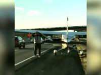 पायलट को जोर से आई सुसु, हाइवे पर एंरजैंसीलैंडिंग कर सड़क पर ही हुआ रिलैक्स (देखें वीडियो)