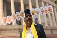 मोदी के 'दस सिर' लगाकर संसद भवन पहुंचे तेदेपा सांसद, देखकर हर कोई हुआ हैरान