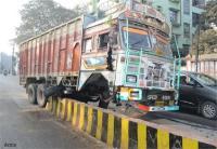 डिवाइडर से टकराया पाइप से भरा ट्रक, चालक की दर्दनाक मौत