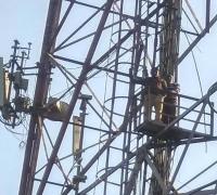 वेतन न मिलने से गुस्साए BSNL कांट्रैक्ट वर्कर मोबाइल टावर पर चढ़े