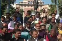 कांग्रेस के खिलाफ प्रदर्शन करने वाले BJP नेता खुद नहीं गा पाए ''वंदे मातरम''