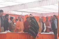गोरखपुर में CM योगी ने गरीबों में बांटे कंबल, लोगों से की यह अपील