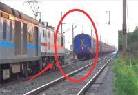 एक ट्रैक ही पर दो ट्रेनों को जाते देख सकते में आ गए यात्री, होते-होते टला बड़ा हादसा