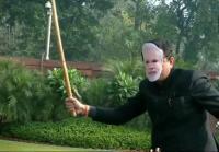 पीएम मोदी का मास्क पहन सदन में पहुंचा TMC सांसद, छड़ी दिखाकर डराया