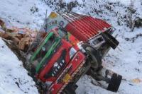 कोहरे का कहरः अनियंत्रित होकर गहरी खाई में गिरा ट्रक, 2 लोग घायल