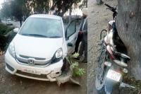 कार व मोटरसाइकिल की भीषण टक्कर; व्यक्ति की मौत, महिला बाल-बाल बची