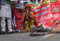 अखिलेश के समर्थन में सड़कों पर उतरे सपाई, PM मोदी को सपेरा और CBI को बताया सांप