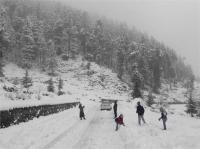 कश्मीर राजमार्ग पर एक-तरफा यातायात जारी