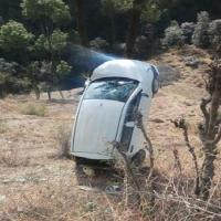 सोलन: गहरी खाई में गिरकर अचानक पेड़ पर अटकी कार, बाल-बाल बचा चालक(PICS)