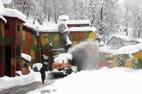 कश्मीर: बर्फ से बेहाल गांव, न पीने को पानी न चलने को सडक़, बिजली भी गुल