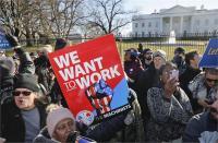 शटडाउन से परेशान कर्मचारियों ने व्हाइट हाउस के बाहर किया प्रदर्शन