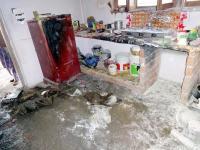गैस सिलैंडर में आग लगने से रसोईघर राख, 2 लोग झुलसे