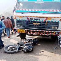 खड़े टिप्पर से टकराई तेज रफ्तार बाइक, एक की मौत-एक घायल