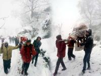 बर्फबारी बनी मुसीबत, कंधों पर उठाकर अस्पताल पहुंचाई गर्भवती महिला