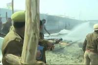 Kumbh मेला: शाही स्नान से पहले दिगंबर अखाड़े के टेंट में लगी आग, सामान जलकर राख