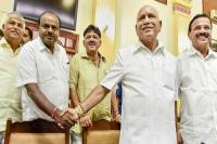 कर्नाटक में नाटकः कांग्रेस-JDS पर खतरे के बादल, गुड़गांव के होटल में 104 विधायकों ने डाला डेरा