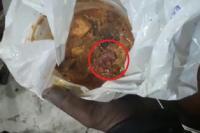 रेस्टोरेंट के खाने में मिला चूहे का मरा हुआ बच्चा, वीडियो वायरल (VIDEO)