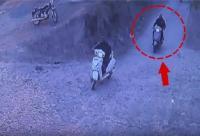 ASI ने बेटे के साथ मिलकर मंदिर में की गुंडागर्दी, घटना CCTV में कैद