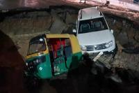 VIDEO: दिल्ली में अचानक धंस गई सड़क, गड्ढे में समा गए कार और ऑटो