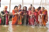 पहली बार Kumbh मेले में शामिल हुआ किन्नर अखाड़ा, किया शाही स्नान