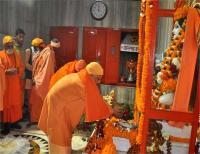 मकर संक्रांतिः योगी ने गोरक्षनाथ मंदिर में चढ़ाई खिचड़ी, की सुख समृद्धि की कामना