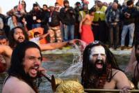 Kumbh मेले का आगाज: कड़कती ठंड पर आस्था पड़ी भारी, संतों ने किया शाही स्नान
