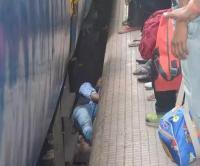 इंसानियत शर्मसार: ट्रेन से गिरकर घायल हुए युवक की लोग बनाते रहे वीडियो, नहीं की मदद