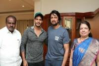 कर्नाटक में राजनीतिक उथल-पुथल, बेटे की फिल्म के प्रमोशन में जुटे कुमारस्वामी