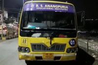गली से गुजर रही छात्रों से भरी बस पर लाठी डंडों से हमला, दो गंभीर