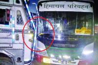 चंडीगढ़-मनाली NH पर हादसा, खड़े ट्रक के साथ टकराई HRTC बस