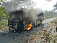 दंतेवाड़ा: नक्सलियों ने स्वयं सहायता समूह की बस में लगाई आग, यात्री सुरक्षित