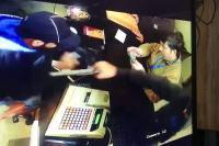 रेस्टोरेंट के मैनेजर को बदमाशों ने मारी गोली, देखें सीसीटीवी वीडियो (VIDEO)