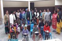 गरीब व असहाय बच्चों को समाजसेवी संस्था ने बांटा जरूरत का सामान